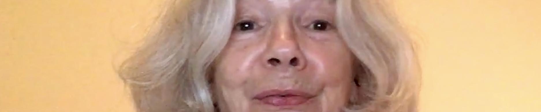 Ilona Schulz singt das Lied vom Kuscheltier