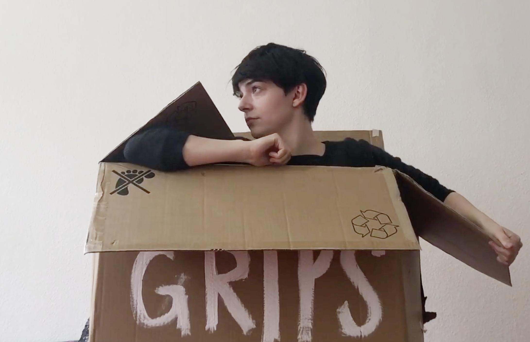 Helena steigt aus der Kiste